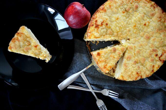 Leckerer, einfacher Apfel-Streusel-Kuchen mit Schmand