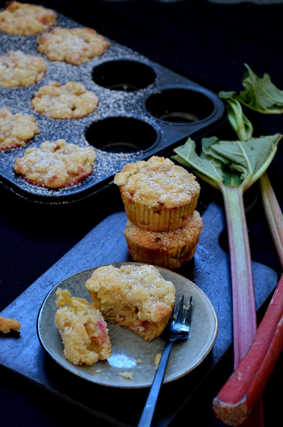 Schnelle Muffins mit Rhabarber und Streusel