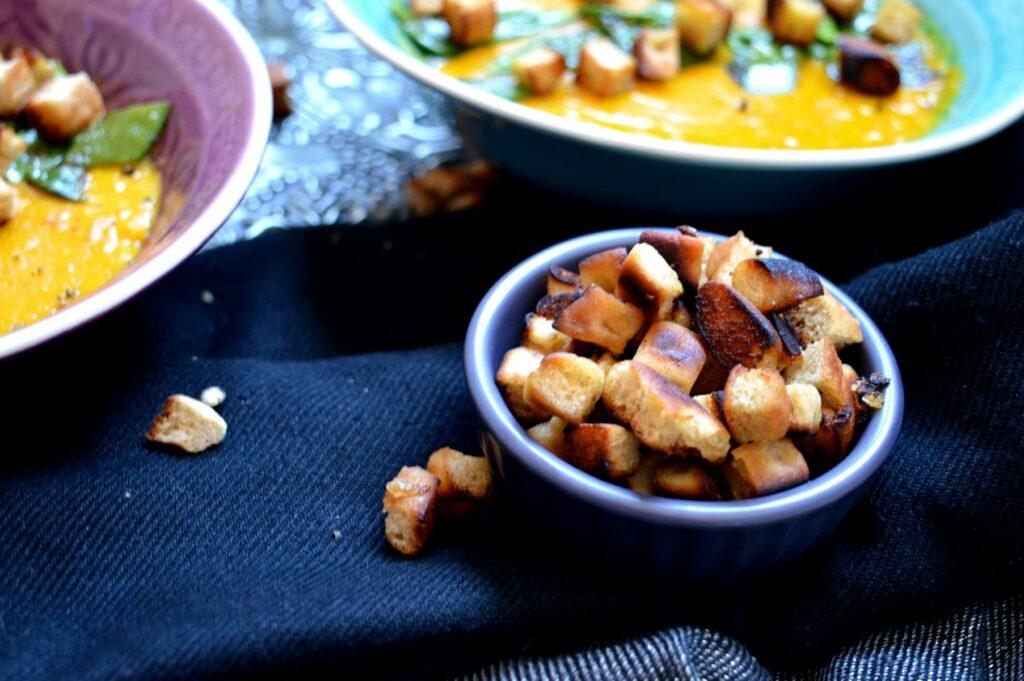 Vegane Kürbissuppe mit selbst gemachten Croutons
